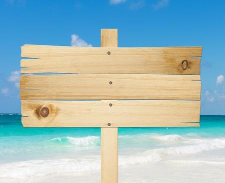 Houten bord op het strand