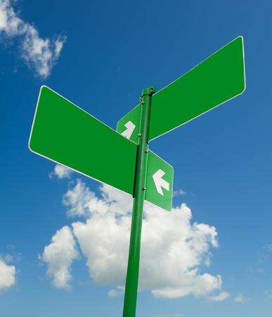 Blank blauwe verkeersborden in heldere hemel. Stockfoto