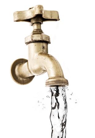 grifo agua: Del grifo, con agua corriente, fondo blanco. Foto de archivo