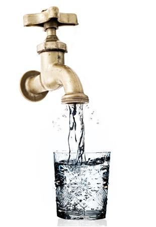 agua grifo: Toque, con un chorro de agua y el vidrio, fondo blanco, blanco. Foto de archivo