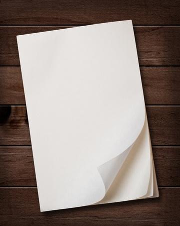 attach: Nota vieja bloque de papel sobre fondo de madera.