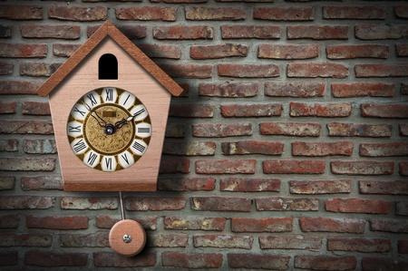 orologi antichi: Orologio Cockoo il muro di mattoni con copia spazio. Archivio Fotografico