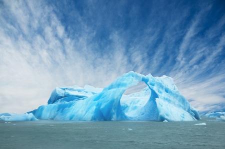 Ijsberg drijvend in het water de vorming van een boog. El Calafate, Argentinië. Stockfoto