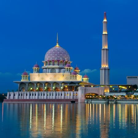 모스크의 야경입니다. 말레이시아 쿠알라 룸푸르. 스톡 콘텐츠 - 16302994