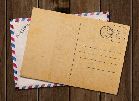 Vieux carte postale vierge et l'enveloppe, sur la table en bois.