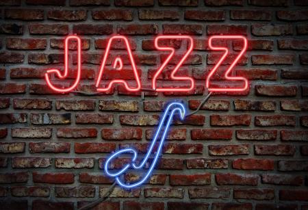 Gloeiende neon jazz zingen op een bakstenen muur