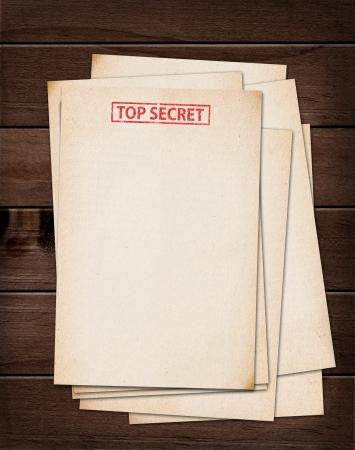 carpetas: top archivos secretos sobre la mesa de madera