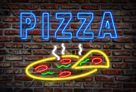 Glowing signe de pizza au néon sur un mur de briques. Banque d'images