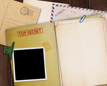 folder with TOP SECRET stamped across the front page and a blank photograph Stockfoto