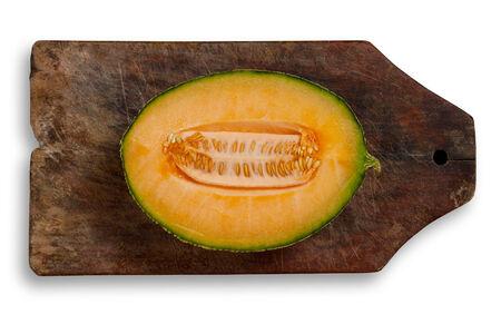 excludes: Fetta di melone su legno table.Isolated, xlipping percorso esclude l'ombra.