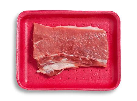 excludes: Carne di maiale fresca su un vassoio di plastica. Isolato, sfondo bianco, ritaglio percorso esclude l'ombra. Archivio Fotografico