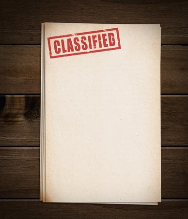 trompo de madera: Bloque de papeles viejos con sello clasificada.