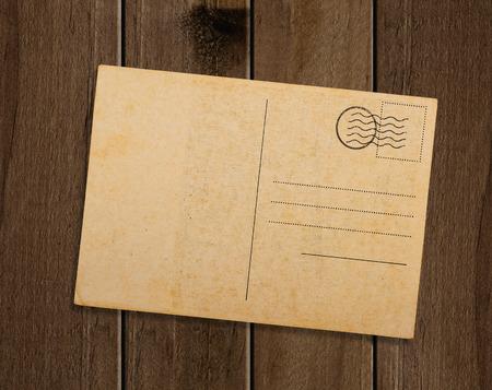papel de notas: Postal antigua, en la mesa de madera. Foto de archivo