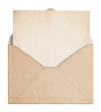 Vintage envelop met papier op een witte achtergrond, het knippen weg.