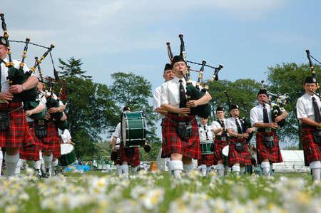 gaita: Marchando escoc�s banda marchin sobre hierba
