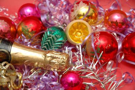 Diversas decoraciones navideñas y una botella de champán  Foto de archivo - 560870