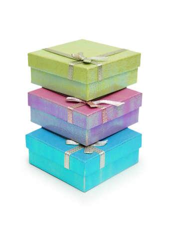 three gift boxes: Tres cajas de regalo aislados en el fondo blanco  Foto de archivo