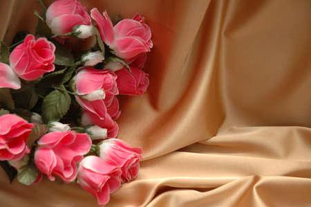 anniversaire: Roses rouges sur tissu de fond - espace pour votre texte