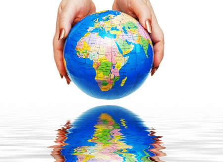 educazione ambientale: Due mani in possesso di un pianeta isolato su bianco  Archivio Fotografico