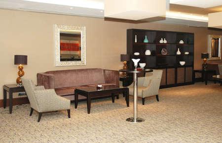 zona: Pasillo del hotel con los sof�s y los estantes