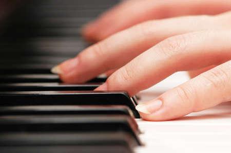 tocando musica: Dos manos tocando m�sica en el piano