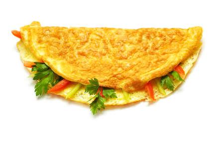 huevos fritos: Tortilla con hierbas y tomates aislados en blanco