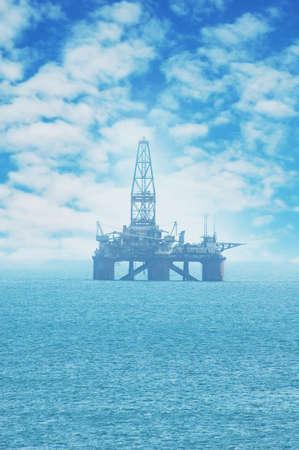 Vom Land entfernte Ölplattform im kaspischen Meer