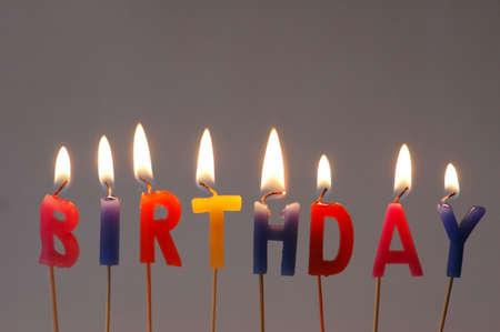 """cake decorating: Grabaci�n de velas con la palabra """"cumplea�os""""  Foto de archivo"""