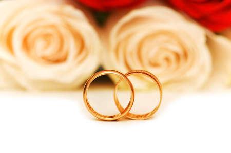 anillos de boda: Boda concepto con rosas y anillos de oro