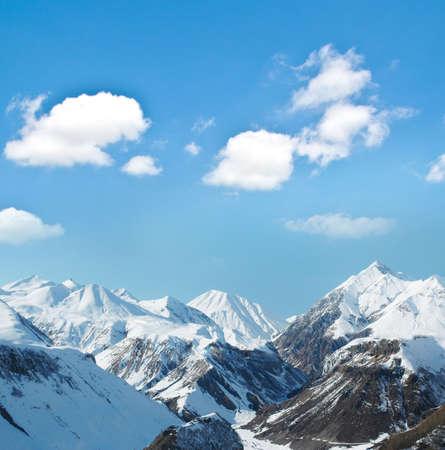 monta�as nevadas: Altas monta�as bajo la nieve en el invierno Foto de archivo