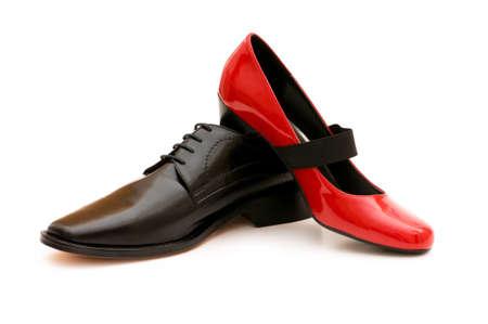 Dos zapatos aislados en el fondo blanco