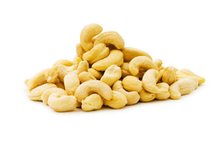 legumbres secas: Anacardos aislados sobre el fondo blanco