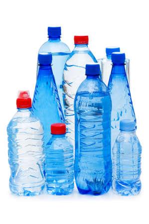envases plasticos: Botellas de agua aislados en el blanco Foto de archivo