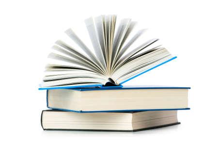Stapel von Büchern, die auf die weiße isoliert