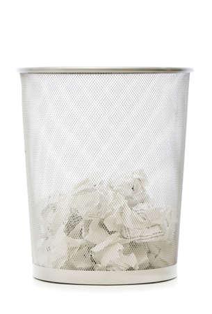 wastepaper basket: Garbage bin con carta dei rifiuti isolato sul bianco