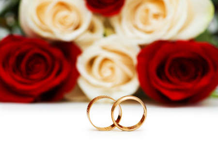 Rosas y el anillo de bodas aislados en el blanco Foto de archivo - 6623373
