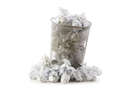 Mülltonne mit Papier verschwenden isoliert