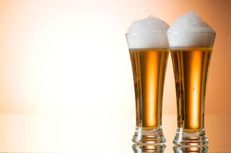 bier glazen: Bier glazen tegen de kleurrijke gradatie achtergrond  Stockfoto