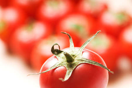 tomates: Tomates rouges organis�es sur le stand de march�