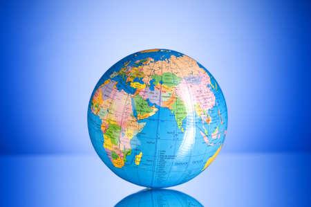educacion ambiental: Concepto de globalizaci�n - globo contra el fondo multicolor degradado  Foto de archivo
