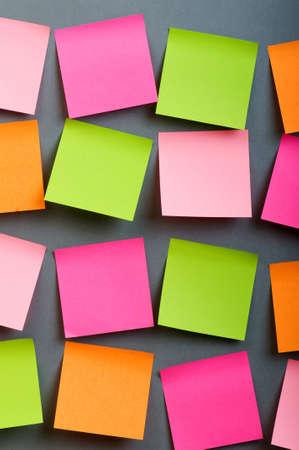 notas adhesivas: Notas de recordatorio en el papel colorido brillante  Foto de archivo