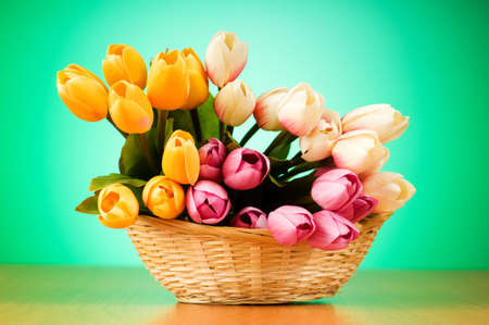 Racimo de flores de tulipanes en la tabla
