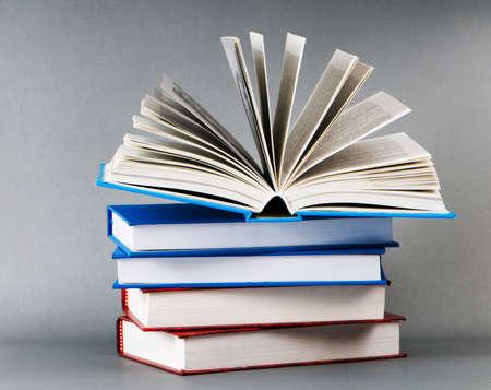 leerboek: Stapel boeken op de achtergrond kleur Stockfoto