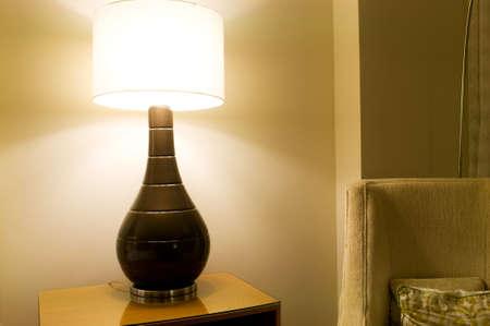 arredamento classico: Camera interior - Light stand sul tavolo