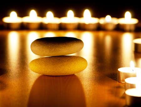 Brennende Kerzen und Kieselsteinen für Aromatherapie-Sitzung
