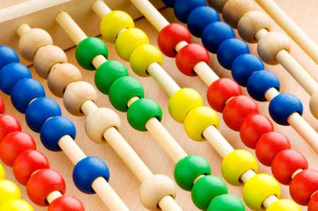 abacus: Edukacja koncepcji - Abacus z wielu kolorowe kulki Zdjęcie Seryjne