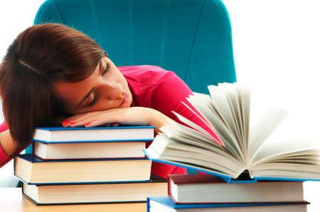 agotado: Joven estudiante con muchos libros de estudio