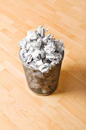 garbage bin: Ubicaci�n de basura con papel de residuos aislado en blanco