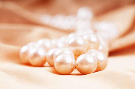 perlas: Collar de perlas en el brillante fondo satinado