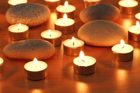 luz de velas: Quema de velas y guijarros para sesi�n de aromaterapia